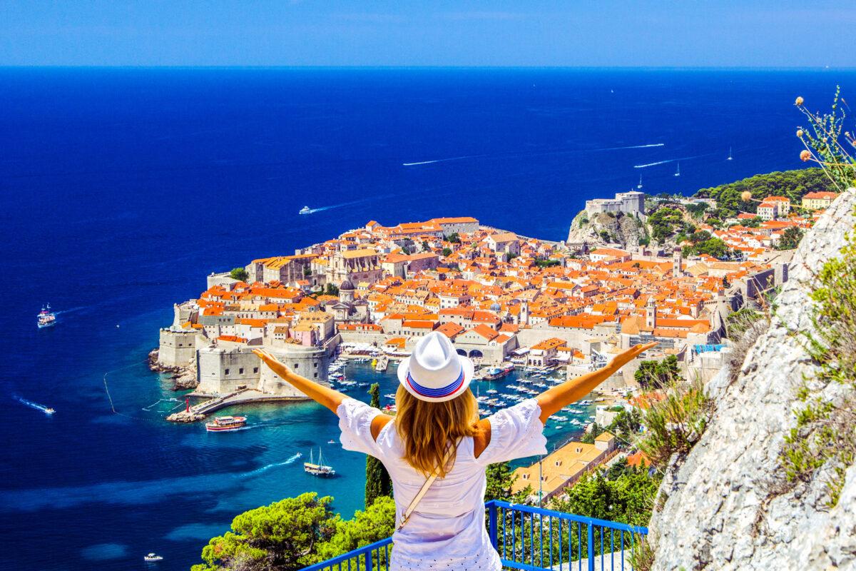 mulher de férias na croácia